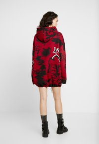 Jaded London - OVERSIZED DRAWCORD HEM HOODIE DRESS - Robe d'été - red base graffitti - 3