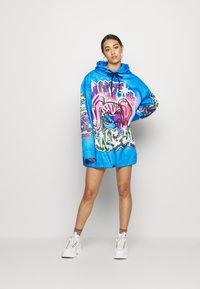 Jaded London - DRAWCORD HEM HOODIE DRESS - Freizeitkleid - colourful - 2