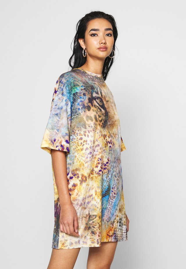 OVERSIZED T-SHIRT DRESS - LEOPARD ROSES MASH UP PRINT - Sukienka z dżerseju - multi-coloured