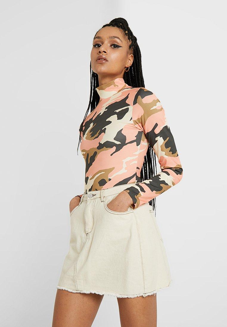 Jaded London - EXCLUSIVE CAMO BODYSUIT - Bluzka z długim rękawem - peach