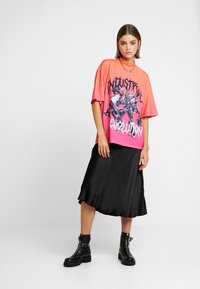 Jaded London - HIGH NECK SHORT SLEEVED OVERSIZED - T-shirt con stampa - red/pink - 1