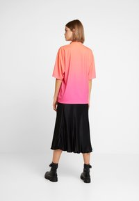 Jaded London - HIGH NECK SHORT SLEEVED OVERSIZED - T-shirt con stampa - red/pink - 2