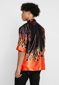Jaded London - ORIENTAL FLAME OVERSIZED FIT - Camicia - black/red - 2