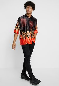 Jaded London - ORIENTAL FLAME OVERSIZED FIT - Camicia - black/red - 1