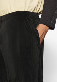 Jaded London - PLISSE TROUSER - Kalhoty - charcoal - 5