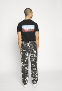 Jaded London - PUNK ROCK PHOTOGRAPH SKATE - Jeans baggy - black - 2