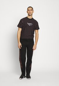 Jaded London - TRIBAL SCREEN PRINT SKATE - Jeans Relaxed Fit - black - 1