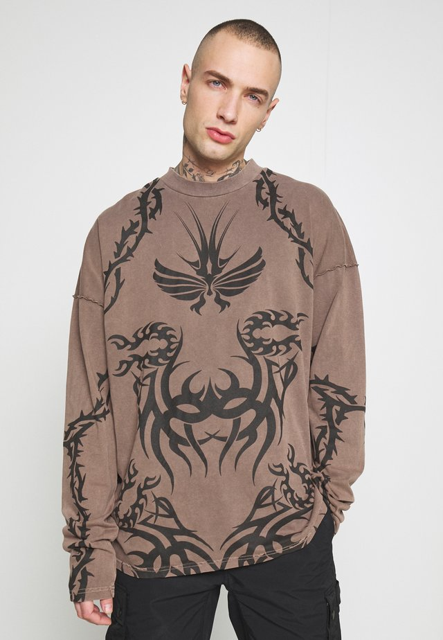 TATTOO LONG SLEEVE GARMENT DYED  - Longsleeve - brown