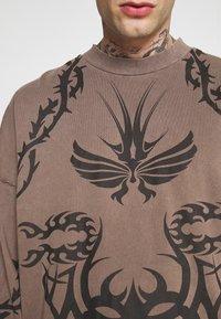Jaded London - TATTOO LONG SLEEVE GARMENT DYED  - Maglietta a manica lunga - brown - 5