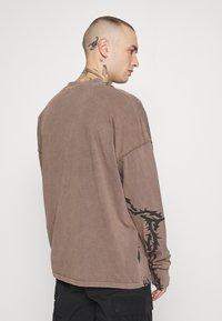 Jaded London - TATTOO LONG SLEEVE GARMENT DYED  - Maglietta a manica lunga - brown - 2