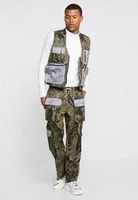 Jaded London - UTILITY CAMO POCKET VEST - Vest - green - 1