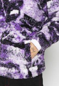 Jaded London - PYSCHEDLIC COLLAGE BORG JACKET - Lehká bunda - purple - 4