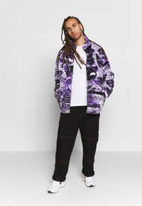 Jaded London - PYSCHEDLIC COLLAGE BORG JACKET - Lehká bunda - purple - 1