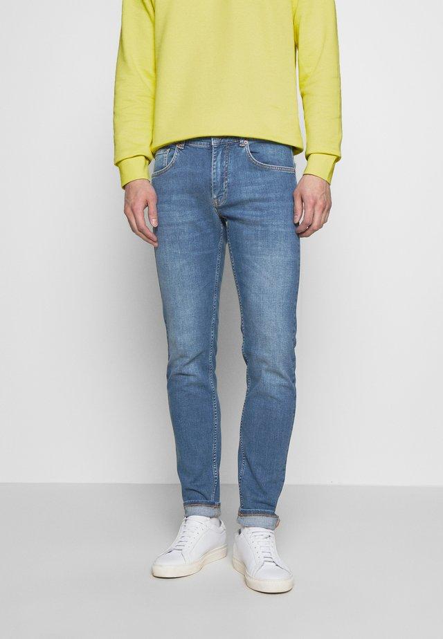DAMIEN BROKEN - Jeans slim fit - mid blue
