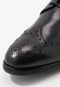 JOOP! - KLEITOS BROGUE  - Stringate eleganti - black - 5