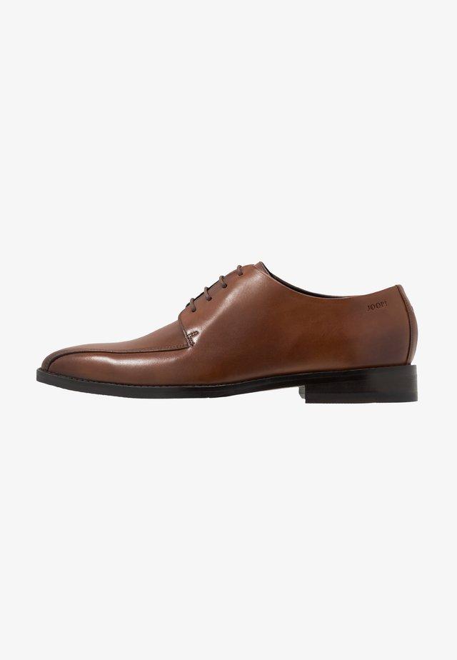PHILEMON PISTA LACE UP  - Elegantní šněrovací boty - cognac