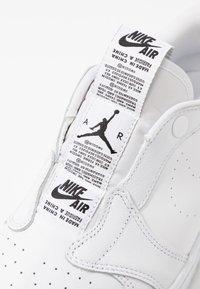 Jordan - AIR 1  - Slipper - white/black - 2