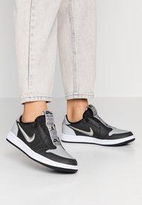 Jordan - AIR 1 SE - Instappers - black/medium grey/white - 0