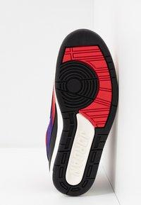 Jordan - AIR JORDAN 2 RETRO - Sneakers hoog - action red/black/cosmic purple - 6