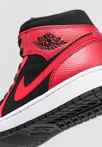 Jordan - AIR JORDAN 1 MID - Korkeavartiset tennarit - black/white/gym red - 5
