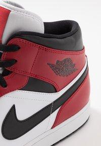 Jordan - AIR 1 MID - Korkeavartiset tennarit - black/gym red - 5