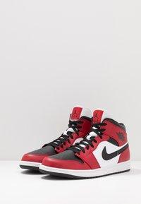 Jordan - AIR 1 MID - Korkeavartiset tennarit - black/gym red - 2