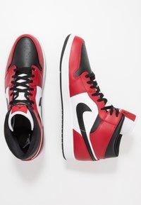 Jordan - AIR 1 MID - Korkeavartiset tennarit - black/gym red - 1