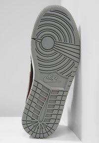 Jordan - AIR JORDAN 1 MID - Sneakers hoog - black/particle grey/white/gym red - 4