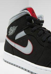 Jordan - AIR JORDAN 1 MID - Sneakers hoog - black/particle grey/white/gym red - 5