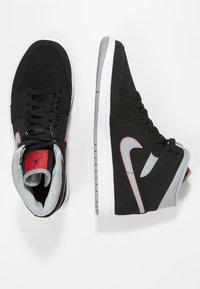 Jordan - AIR JORDAN 1 MID - Sneakers hoog - black/particle grey/white/gym red - 1