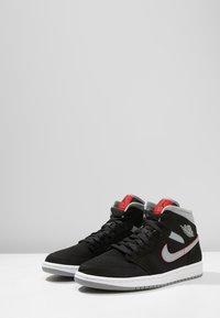 Jordan - AIR JORDAN 1 MID - Sneakers hoog - black/particle grey/white/gym red - 2