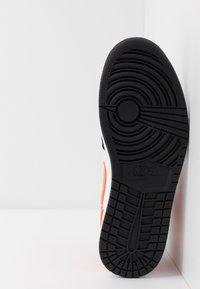 Jordan - AIR 1 MID - Sneaker high - black/starfish/white - 4