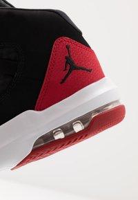 Jordan - MAX AURA - Höga sneakers - black/gym red - 5