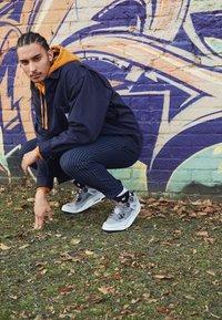 Jordan - SPIZIKE  - Chaussures de skate - cool grey/black/wolf grey/pure platinum/white/total orange - 6
