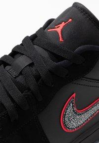 Jordan - AIR 1 SE - Trainers - black/red orbit - 5