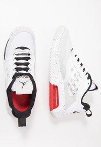 Jordan - MAX 200 - Matalavartiset tennarit - white/black/challenge red/vast grey - 1