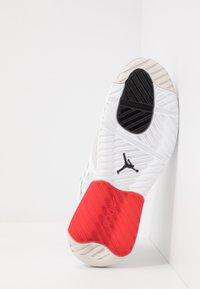 Jordan - MAX 200 - Matalavartiset tennarit - white/black/challenge red/vast grey - 4