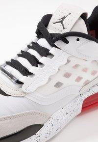 Jordan - MAX 200 - Matalavartiset tennarit - white/black/challenge red/vast grey - 5