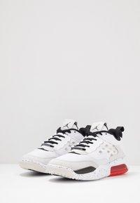 Jordan - MAX 200 - Matalavartiset tennarit - white/black/challenge red/vast grey - 2