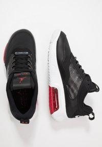 Jordan - MAX 200 - Matalavartiset tennarit - black/gym red/white - 1