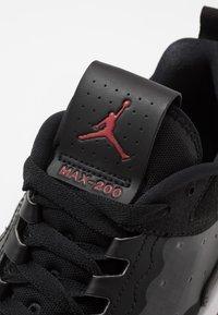 Jordan - MAX 200 - Matalavartiset tennarit - black/gym red/white - 5