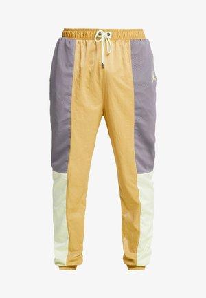 WINGS SUIT PANT - Pantaloni sportivi - club gold/luminous green/gunsmoke