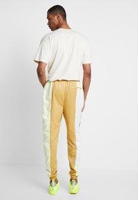 Jordan - WINGS SUIT PANT - Pantalon de survêtement - club gold/luminous green/gunsmoke - 2