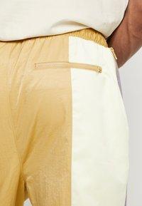 Jordan - WINGS SUIT PANT - Pantalon de survêtement - club gold/luminous green/gunsmoke - 3