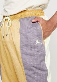 Jordan - WINGS SUIT PANT - Pantalon de survêtement - club gold/luminous green/gunsmoke - 5