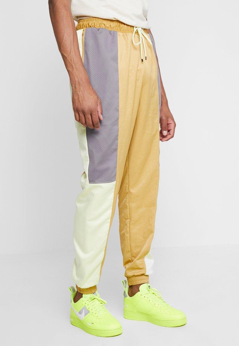 Jordan - WINGS SUIT PANT - Tracksuit bottoms - club gold/luminous green/gunsmoke