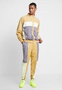 Jordan - WINGS SUIT PANT - Pantalon de survêtement - club gold/luminous green/gunsmoke - 1