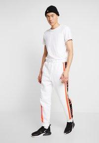 Jordan - AIR GRADIENT PANT - Joggebukse - white/ infrared - 1