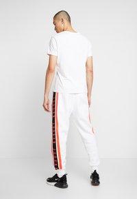 Jordan - AIR GRADIENT PANT - Joggebukse - white/ infrared - 2