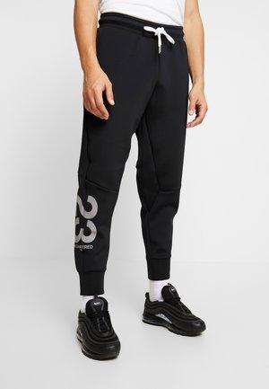 ENGINEERED PANT - Pantalon de survêtement - black/white